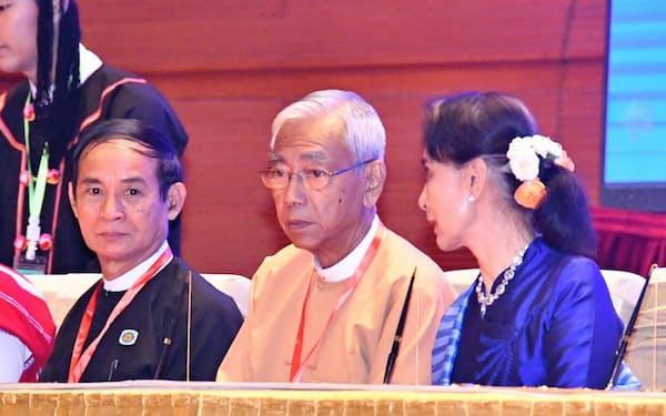 新大統領に就くウィン・ミン前下院議長(左)とアウン・サン・スー・チー国家顧問(右)。中央はティン・チョー前大統領、(2月、ネピドー)