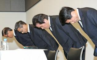 記者会見で謝罪する三菱マテリアルの竹内章社長(右から2人目)ら(28日午後、東京都文京区)