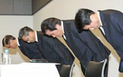 謝罪する三菱マテリアルの竹内章社長(右から2人目)ら(写真は3月の記者会見)