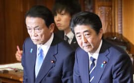 参院本会議で18年度予算が可決、成立し一礼する安倍首相。左は麻生財務相(28日夜)