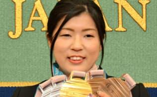 記者会見で平昌冬季パラリンピックの5個のメダルを見せる村岡桃佳選手(28日午後、東京都千代田区の日本記者クラブ)=共同