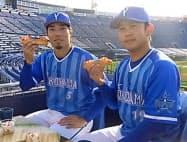 ハマスタスイーツを試食する倉本選手(左)と山崎投手(横浜スタジアム)