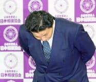 記者会見を終え、頭を下げる貴乃花親方(28日午後、大阪市のエディオンアリーナ大阪)=共同