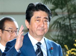 首相官邸に入る安倍首相(29日午前)