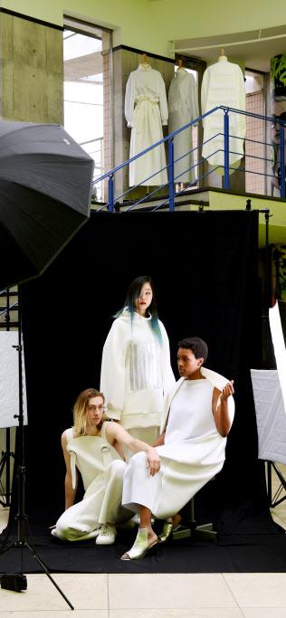 ファッション専門学校「エスモードジャポン」卒業生の作品。縫製が少ない衣服が未来のファッションとなるか(東京都渋谷区)=寺沢将幸撮影