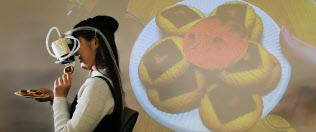 東京大の広瀬研究室で考案された香りや見た目の異なるクッキーを味わえるVR装置(東京・本郷)=寺沢将幸撮影