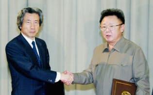 首脳会談を終え、「日朝平壌宣言」に署名し握手を交わす北朝鮮の金正日総書記(右)と小泉純一郎首相(2002年9月17日、平壌)