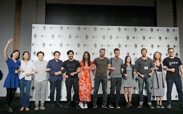 ブロックチェーンにちなみ人間の鎖をする「イーサリアム・コミュニティー・ファンド」の創設メンバーら(29日、東京・港)