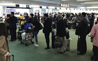 テロ対策で税関の果たす役割は大きい(羽田空港の税関検査場)