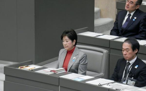 都議会に臨む小池知事(左)(29日)