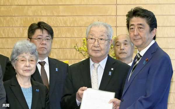 安倍首相と面会し、決議文を手渡す拉致被害者家族会の飯塚繁雄代表(右から2人目)。左は横田早紀江さん(30日午前、首相官邸)=共同