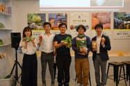 ポケットマルシェとマイファームが29日に東京都内で開いたイベント(高橋社長=左から2人目、西辻社長=1番右)
