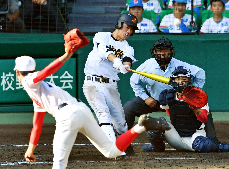 智弁学園―創成館 10回裏創成館2死、松山が中越えにサヨナラ本塁打を放つ。投手川釣、捕手小口(30日、甲子園)=共同