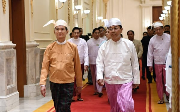 議会での就任式を終え大統領宮殿に入るウィン・ミン大統領(左)(30日、ネピドー)=代表撮影
