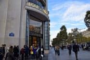 高級ブランド店が立ち並ぶパリのシャンゼリゼ通り