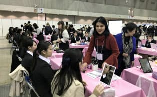 リクナビは合同説明会内でメーク講座を開催した(3月2日、千葉市の幕張メッセ)