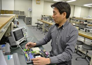 メイテックは700講座近い社内研修を用意する(電子回路を検査する井関堅剛さん)