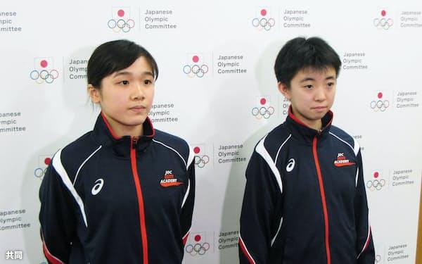 エリートアカデミーの入校式後、取材に応じる飛び込み女子の安田舞(左)と卓球女子の小塩遥菜(1日午後、東京都北区の味の素ナショナルトレーニングセンター)=共同