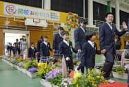 福島県飯舘村で開かれた認定こども園と小中学校の開園・開校式で入場する児童と生徒(1日)
