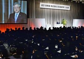 入社式であいさつする日立製作所の東原敏昭社長兼CEO(2日午前、東京都新宿区)