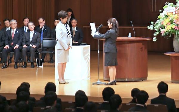 「入都式」で小池知事(左)に抱負を述べる東京都の新入職員(2日午前、東京都豊島区)