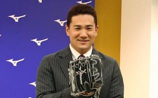 田中はグラブ選びの決め手は「受球面の顔」という(1月のミズノの発表会)