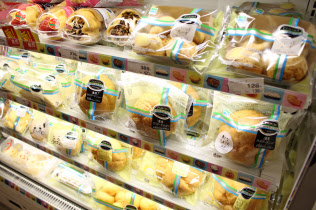 シュークリームの売り上げ個数は常に上位だ(東京都豊島区のファミリーマートサンシャイン南店)