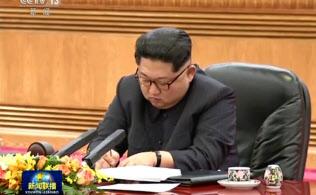 中朝首脳会談で習主席の話を聴きながら熱心にメモをとる金正恩委員長。中国国営中央テレビのニュース映像から。北朝鮮側はこの場面を報道していない。