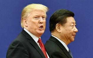 首脳会談後の調印式を終え、引き揚げるトランプ米大統領(左)と中国の習近平国家主席(2017年11月、北京の人民大会堂)=共同