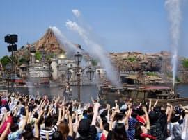 夏の新規イベントなどが若者を中心に人気を集めた(写真はTDSの特別ショー)