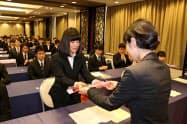 新入社員一人ひとりに花が手渡された(長野県中小企業家同友会の合同入社式)