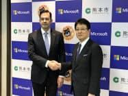 クラウドやAIで業務を改善する((右)が熊本市の大西市長、(左)が日本マイクロソフトの平野社長)