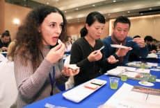 国内外の研究者らがコメを食べ比べる一幕もあった(2月の和食文化学会の設立総会、京都市)