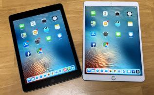 3月27日に米アップルが発売した9.7インチの新型iPad(左)。10.5インチのiPadプロ(右)に比べ、一回り小さい
