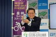 「百舌鳥・古市古墳群」のラベルが印刷されたビール缶を示す竹山修身堺市長