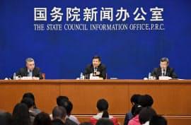 北京で4日記者会見する中国の王受文商務次官(右)と朱光耀財政次官(中央)=共同