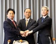 吉備線LRT化合意で握手する(左から)総社市の片岡市長、岡山市の大森市長、JR西の来島社長(4日、岡山市役所)