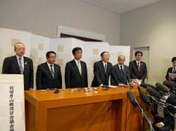 初会合後、JR九州の青柳社長(右から3人目)や各自治体の首長が所感を述べた。