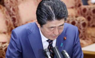公文書問題が国会を揺らしている(3月26日、森友問題について参院予算委で頭を下げる安倍首相)