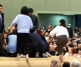 動画投稿サイト「ユーチューブ」に4日投稿された、大相撲春巡業で多々見良三市長が倒れた際、土俵に上がる女性(手前)の映像=共同