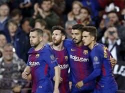 ローマ戦でゴールを決め、メッシ(中央左)らとともに喜ぶバルセロナのL・スアレス=同右(4日、バルセロナ)=AP