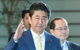 首相官邸に入る安倍首相(5日午前)