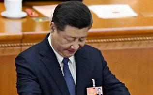 全人代で憲法改正案への投票をする習近平国家主席=3月11日、北京の人民大会堂(共同)