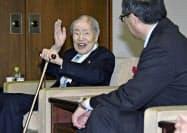 広島名誉市民称号の贈呈式後、松井一実市長(右)と懇談する県被団協の坪井直理事長(5日午後、広島市役所)=共同
