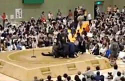 ツイッターに4日投稿された、京都府舞鶴市での大相撲春巡業で多々見良三市長が倒れた際の映像(観客提供)=共同
