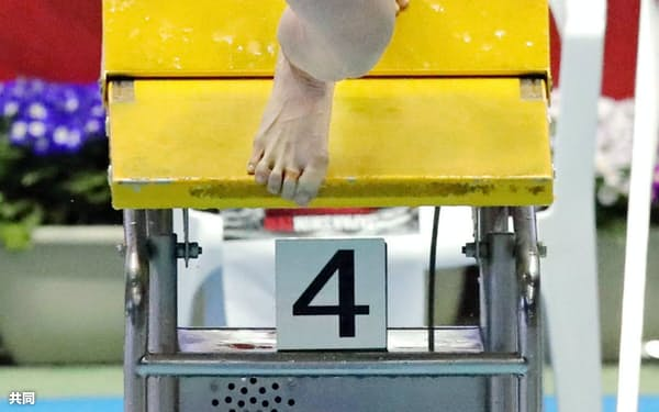 女子100メートル平泳ぎ決勝 スタートする青木玲緒樹。1分5秒90で2連覇を達成した(5日、東京辰巳国際水泳場)=共同