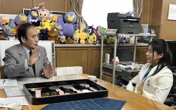 村岡選手は「応援を力に変えることができた」と語った(5日、埼玉県庁)