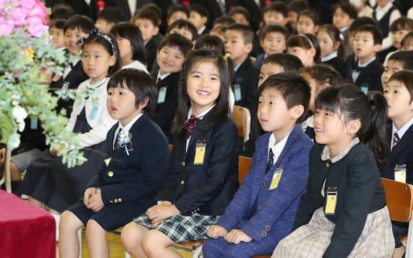 入学式で校長の話を聞く新1年生(6日午前、東京都江東区の明治小学校)