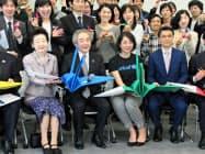 折り鶴を持つ元五輪代表の井本さん(前列中央右)ら(5日、東京都内)