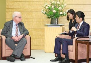 日米国会議員会議のセンセンブレナー下院議員(左)と会談する安倍首相(6日午後、首相官邸)